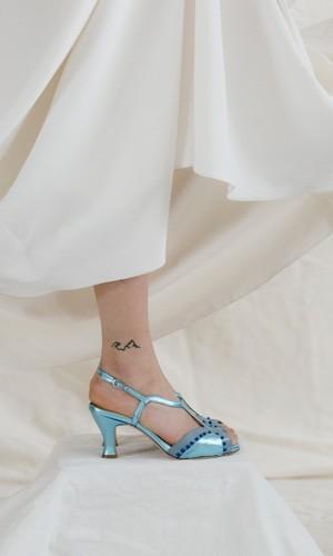 scarpetta-di-venere-scarpe-artigianali-sposa-Catia-laminatoblu-indossata-1